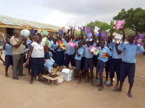 Schulkinder in Mazwia/Kenia freuen sich über Schulbücher