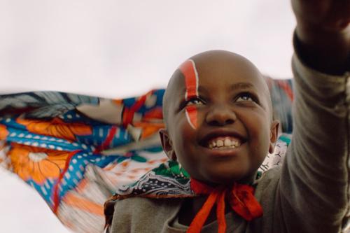 Kleines Mädchen aus Kenia liebt Actionfilme.