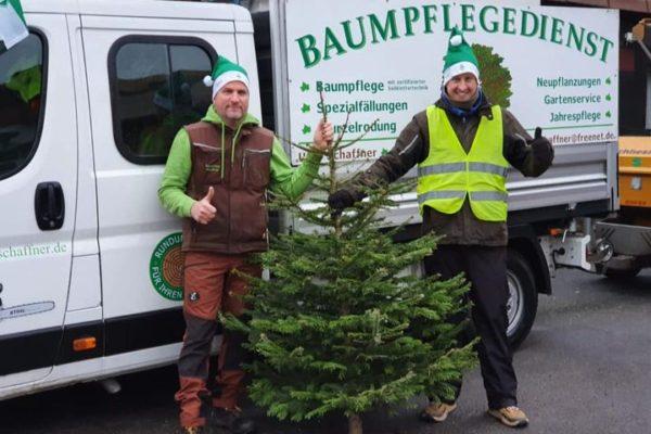 Uwe Schaffner und Florian Mohr bei der Weihnachtsbaum Sammelaktion.